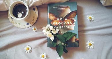 Książka na lawendowym tle otoczona kwiatami - Moja mroczna Vanesso - recenzja książki