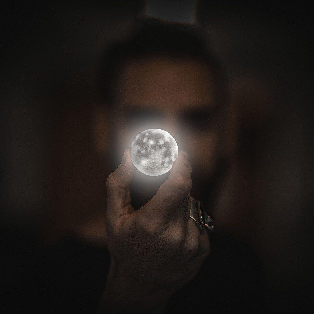 Księżyc bez koronawirusa